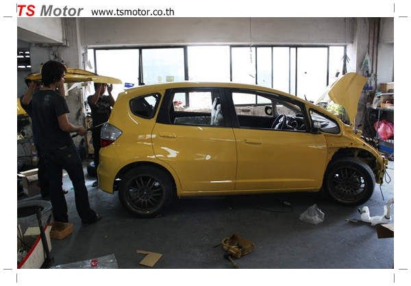 IMG 1942 งานเปลี่ยนสีรถยนต์ Honda New Jazz 2010 ดำ เป็นสีเหลือง JS จาก อู่สีรถ TS Motor