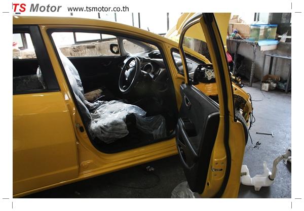 IMG 1944 งานเปลี่ยนสีรถยนต์ Honda New Jazz 2010 ดำ เป็นสีเหลือง JS จาก อู่สีรถ TS Motor