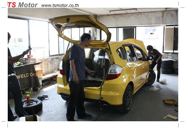 IMG 1958 งานเปลี่ยนสีรถยนต์ Honda New Jazz 2010 ดำ เป็นสีเหลือง JS จาก อู่สีรถ TS Motor