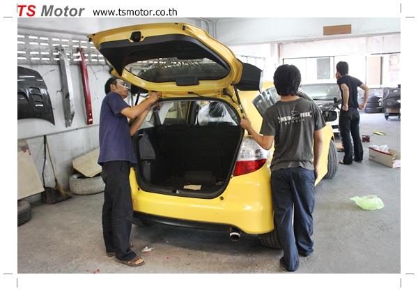 IMG 22851 งานเปลี่ยนสีรถยนต์ Honda New Jazz 2010 ดำ เป็นสีเหลือง JS จาก อู่สีรถ TS Motor