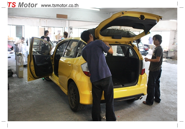 IMG 22861 งานเปลี่ยนสีรถยนต์ Honda New Jazz 2010 ดำ เป็นสีเหลือง JS จาก อู่สีรถ TS Motor